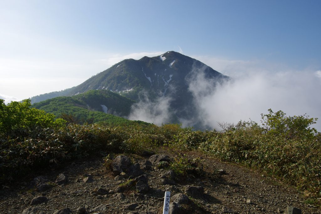 小荒島岳から望む荒島岳